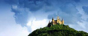 Burg mit Wolken
